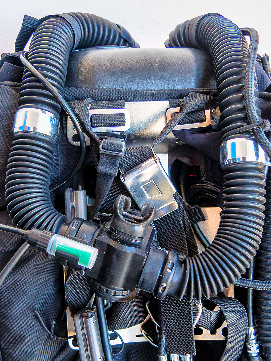 Notice the twin hoses connected to the mouth piece in the middle. Gas breathed comes in from one hose, and is exhaled and 'recycled' through the other.
